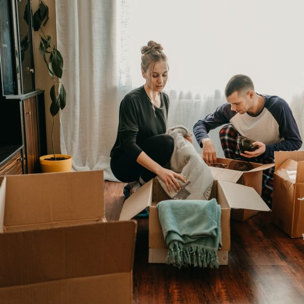 couple-holding-moving-boxes-in-new-home-moving-day-new-home-unpacking-boxes-newlyweds-concept-box_t20_Oz4oom