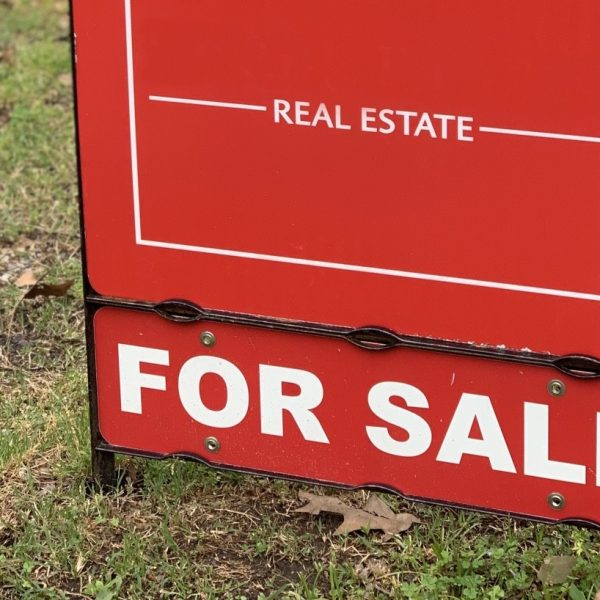 real-estate-or-realty-business-uses-signs-advertising-in-properties-that-are-in-the-market-to-be-sold_t20_aajgGP
